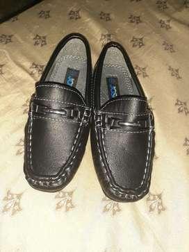 Vendo par de zapatos para niño
