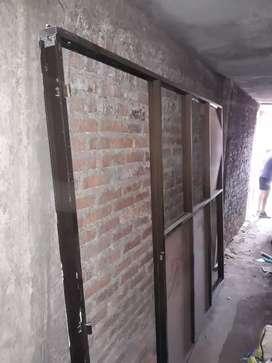 Division en aluminio con marco para puerta
