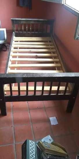 Cama de una plaza en madera