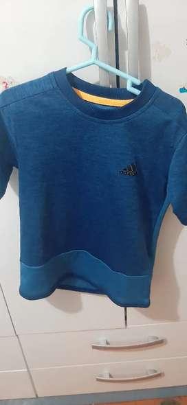 En Remate Polo Azul. Marca Adidas. Semi nuevo.