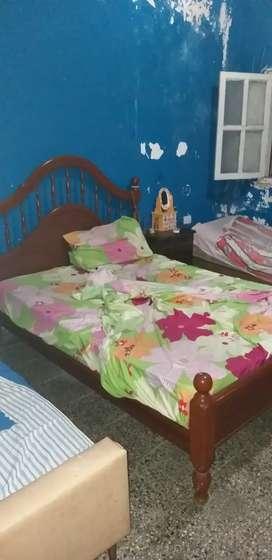 Alquilo habitación para mujer a comp b/c/lav/a 50mts de av.mate de luna 2100.casa amplia y zona iluminada .