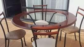 Comedor 4 puestos, base metálica, tapa en vidrio y madera.