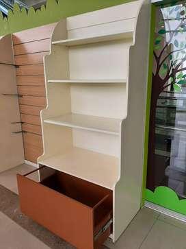 Muebles en madera con varios niveles