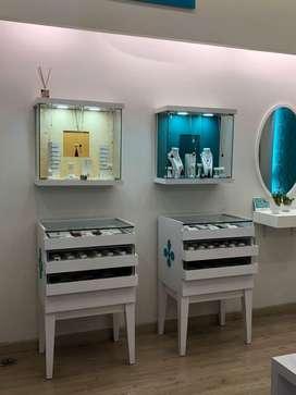 Muebles y vitrinas para local comercial