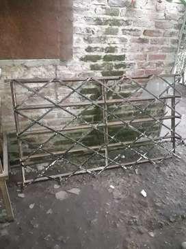Ventana de hierro antigua con rejas