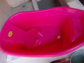 Vendo silla mesedora y bañera, para niña en exelente estado.