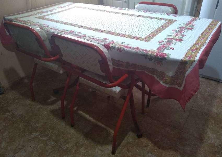 Vendo mesa de 1.77 metros y 3 sillasillas 0