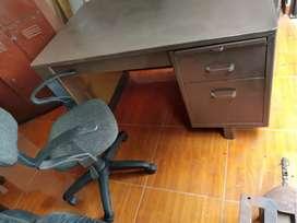 Escritorio metálico  y silla  excelente estado