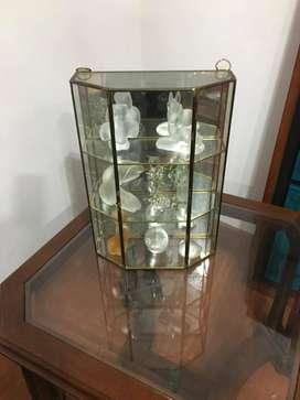Repisa de cobre y vidrio con adornos incluidos