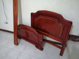 Se vende cama con nochero en excelente estado