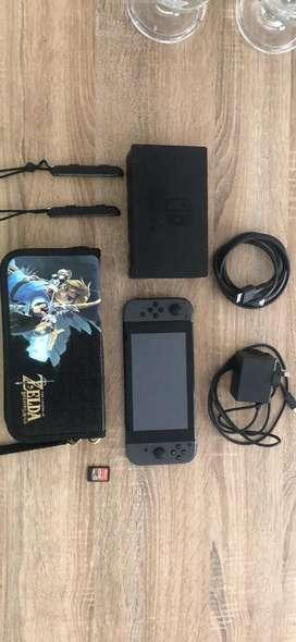 Nintendo Switch con un juego y estuche