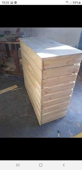 Persona con conocimientos en carpintería para fabricación de muebles de pino