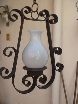 LAMPARA DE HIERRO MACIZA DE UNA TULIPA Incluida