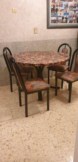 mesa redonda y 4 sillas