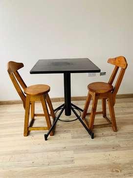 Mesa negra con dos sills de madera