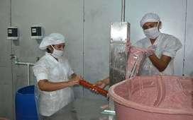 Operario en planta de embutidos carnicos