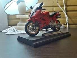Vendo Moto de pista coleccionable con pata (caballete) funcional , giro de goma funcional estado exelente como nueva