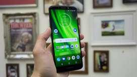 Es Motorola g6 esta en buen estado todo el tiempo a pasado con mica si lo sacas no va aver ningun rayon .