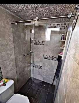 Divisiones de baño en vidrio templado de seguridad con accesorios en acero inoxidable granizado