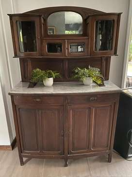 Mueble vintage usado, se puede utilizar en cocina y living para guardar vajillas entre otros.