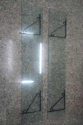 Vendo dos mesadas de vidrio con cuatro ménsulas reforzadas.