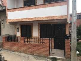se vende o permuta hermosa casa en el barrio villa Sandra en girón si no tiene el restante de dinero se le tiene la