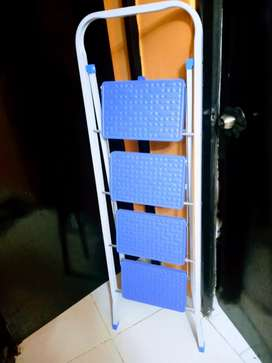 Vendo escalera de cuatro pisos es segura y firme está como nueva, precio negociable.