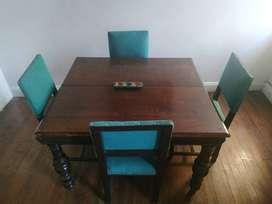 Mesa de comedor antigua, madera maciza y patas torneadas + 4 sillas retapizadas