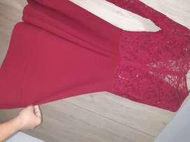 Hermoso vestido elegante rojo vino