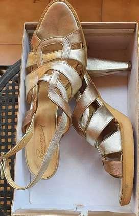 Vendo Lote de 3 Pares Compuesto por Botas, Zapatos y Sandalias
