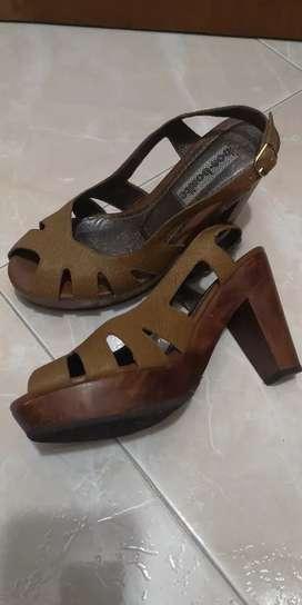 Sandalia en cuero marca bon- bonite.