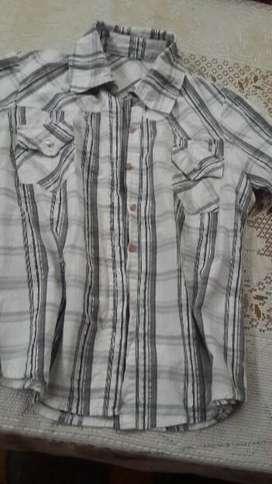 Camisa de mujer con detalle de hilos plateado.