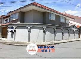 C715 Casa esquinera de venta, 3 plantas Sector Puertas del Sol, Cuenca
