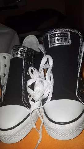 vendo zapatillas nuevas .color negras numero 38 .son bajas