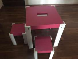 Mesa infantil con 2 banquetas