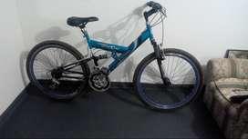 Pesas, barra, banco, discos rodillo y bicicleta