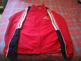 Vendo chaqueta del colegio insur sólo chaqueta la talla es 14