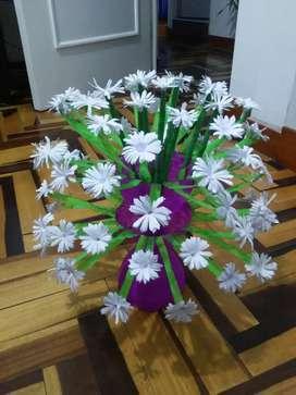 Florero de botella y flores de papel