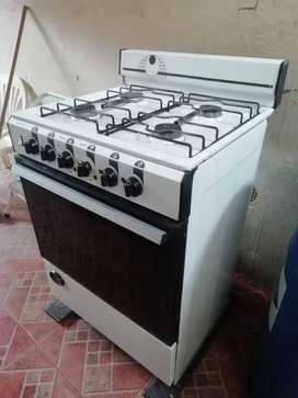 Cocina de 4 quemadores funcionando falta hacer mantenimiento y limpieza