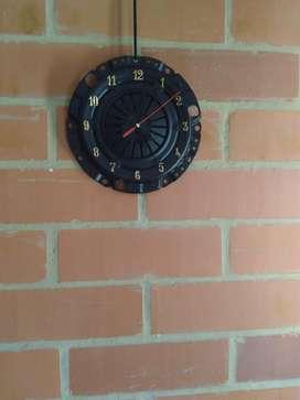 mesas de centro relojes y lamparas