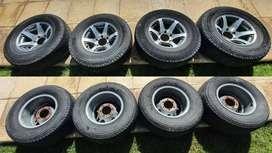 4 Ruedas completas de camioneta. Llantas 15x8 pulgadas de 6 agujeros. Cubiertas Michelin 265 - 70 - 15.