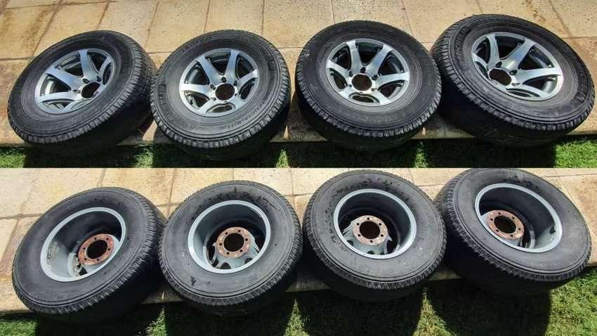 4 Ruedas completas de camioneta. Llantas 15x8 pulgadas de 6 agujeros. Cubiertas Michelin 265 - 70 - 15. 0