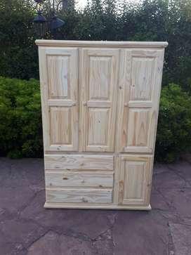 Ropero tres puertas con estantes cajones botinero