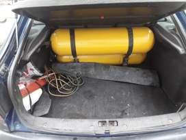 Vendo el auto está chocado el El capo no sirve más parte de de electricidad y plástico no