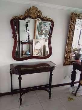 Consola. Antigua con. Espejo madera en.  Cedro.  Negro.  Tallada. La. Mesa. Y.el. Marco de    el espejo