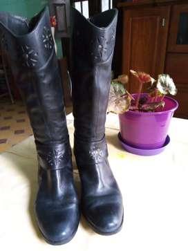 Vendo bota caña alta N 39 negras con suerre trasero