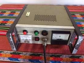 Fuente de 12 volts con gabinete , amperímetro y voltímetro .