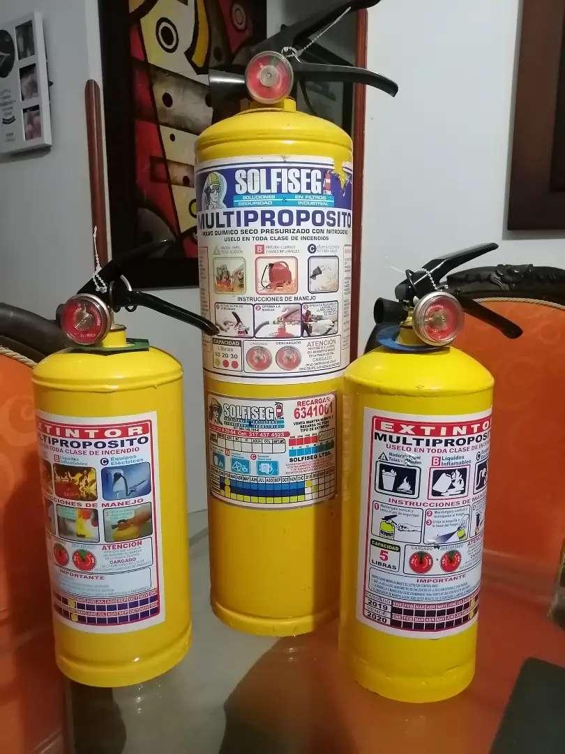 3 extintores 2 de 5 y uno de 10