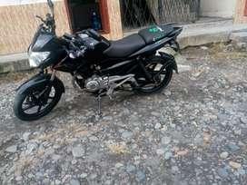 Se vende una moto pulsar 135 papeles al dia