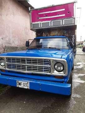 camion con 2 cabinas una para comidad y el otro para carga